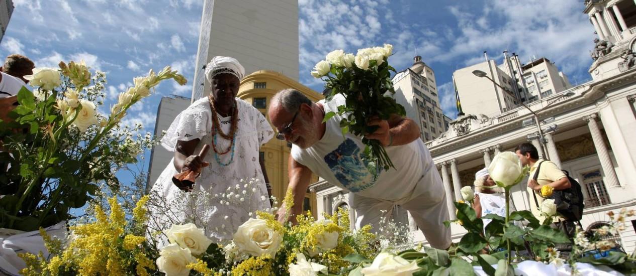 Devotos de Iemanjá oferecem flores para a Rainha do Mar Foto: Guilherme Pinto / O Globo