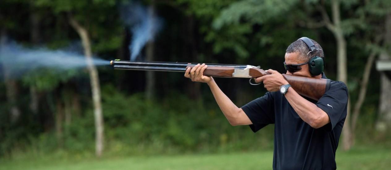 Obama atira com um rifle em Camp David, Maryland, EUA em 4 de agosto de 2012; a foto foi divulgada pela Casa Branca neste sábado Foto: Pete Souza / AFP/ The White House
