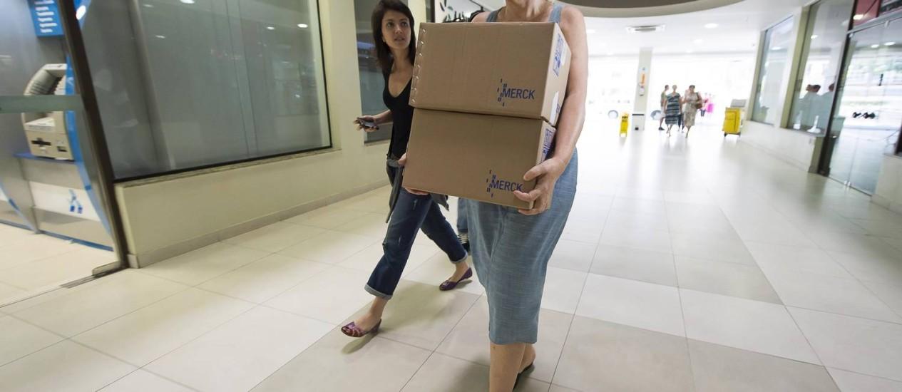 Funcionária da Secretaria de Saúde do Rio Grande do Sul entrega o antidoto Cyanokit no Hospital de Caridade. Foto: Tarlis Schneider / Acuracia Fotojornalismo