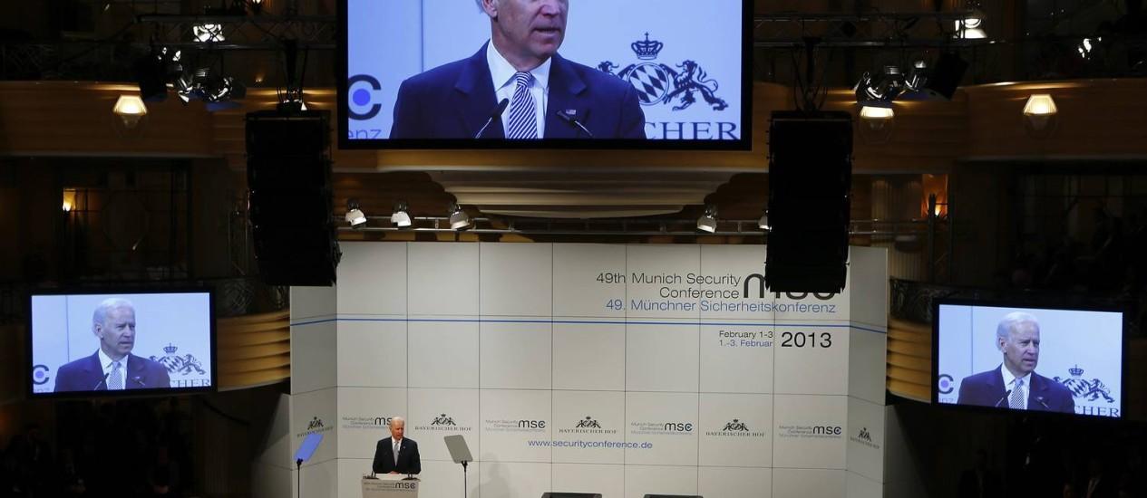 O vice-presidente americano Joe Biden discursa na 49ª Conferência de Política de Segurança em Munique e abre a possibilidade de negociação direta com o Irã Foto: Michael Dalder / Reuters