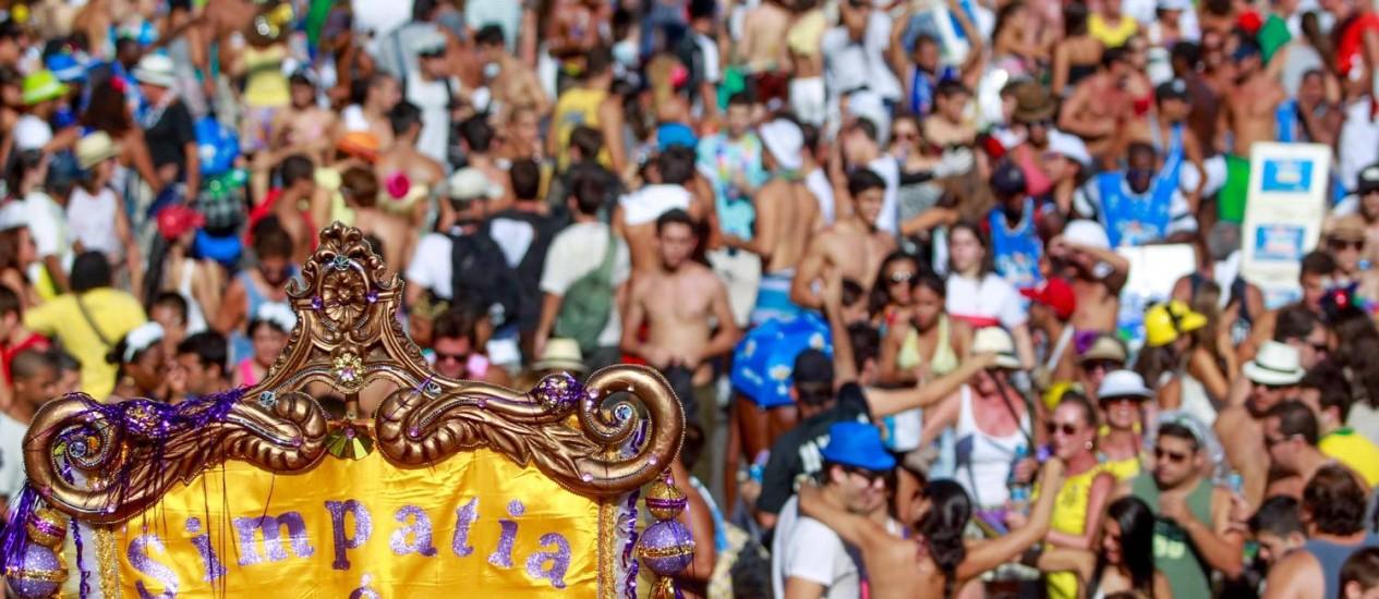 Multidão lota a Praia de Ipanema para o desfile do Simpatia Foto: Agência O Globo