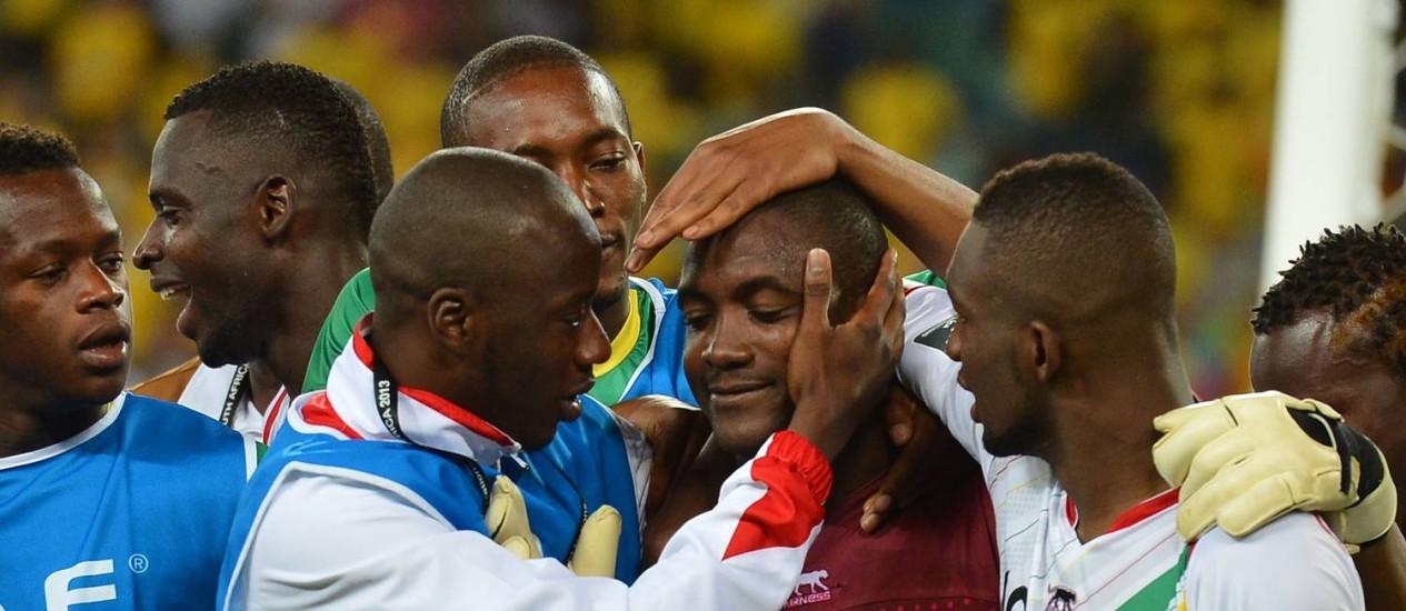 Jogadores de Mali comemoram a classificação nos pênaltis com o goleiro Soumbeyla Diakite Foto: AFP