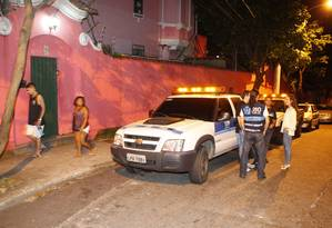 Agentes da Seop em frente à Casa Rosa Foto: Eduardo Naddar / Agência O Globo