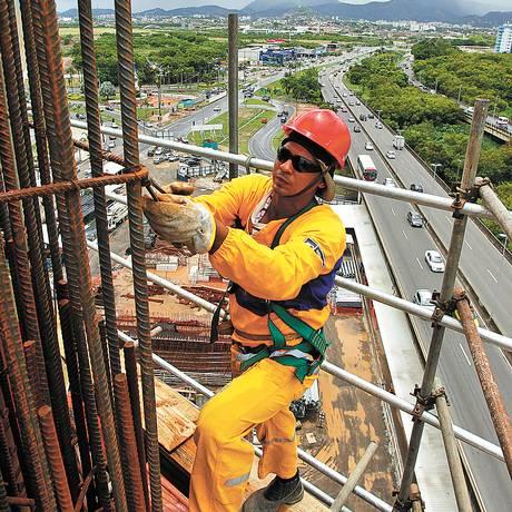 Sobre a Barra. Elias monta ferragens na ponte estaiada: seu pai veio do Nordeste para ser peão <252> Foto: Custódio Coimbra / O Globo