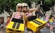 As arquitetas Carolina Galeazzi e Daniela Grisa se vestiram de Camaro amarelo