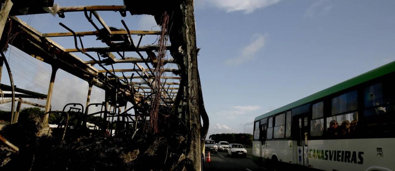 Ônibus é queimado após ataque de criminosos Foto: Agência RBS / Jessé Giotti