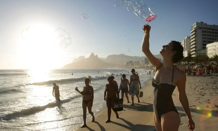Cynthia Kackues e o seu verão retrô: no figurino e nas brincadeiras com os filhos Foto: Laura Marques/O Globo