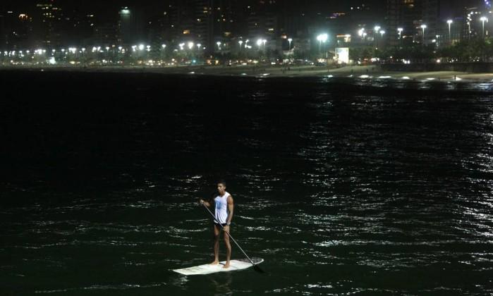 Paulo Vitor Breves faz stand up paddle à noite, uma novidade deste verão Laura Marques / Foto: Laura Marques/O Globo