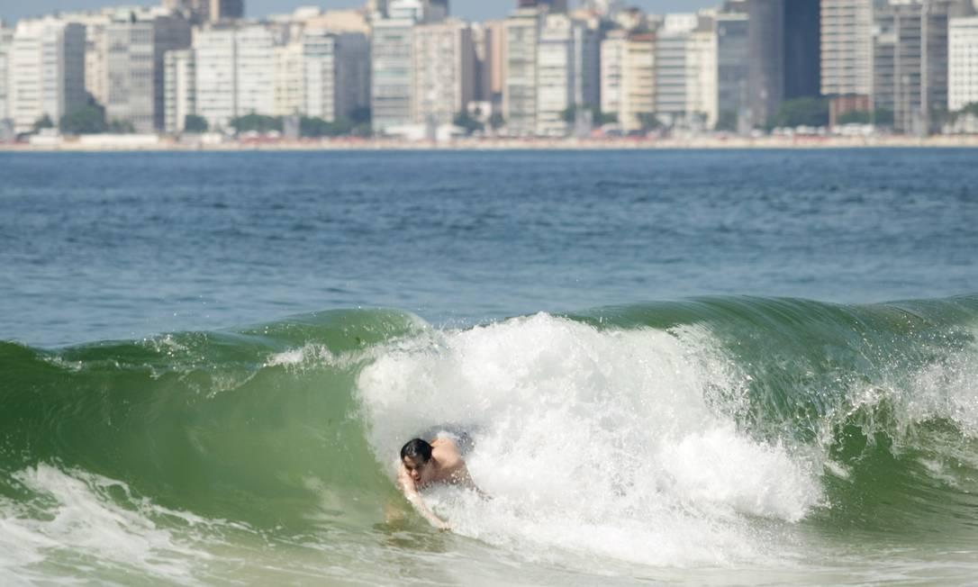 Tito Figueiredo e o surfe de peito no Leme Foto: Laura Marquês/O Globo