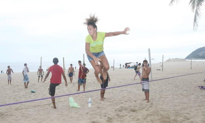 A campeã mundial de slackline, Giovanna Petrucci, treina com sua fita em Ipanema Marcos Ramos / Foto: Marcos Ramos/O Globo