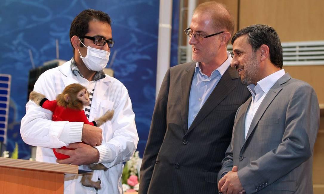 O presidente Mahmoud Ahmadinejad (à direita) observa o macaco que foi enviado ao espaço Foto: ARMAN TEIMUR / AFP