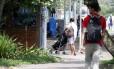 Padrão. Babá com uniforme empurra um carrinho na entrada do Clube Caiçaras, na Lagoa: direção da instituição diz que não há discriminação