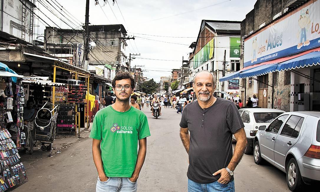 Gilberto Vieira (à esquerda) e Jorge Barbosa, do Observatório de Favelas, na Maré, estão à frente da pesquisa cultural Foto: Mônica Imbuzeiro