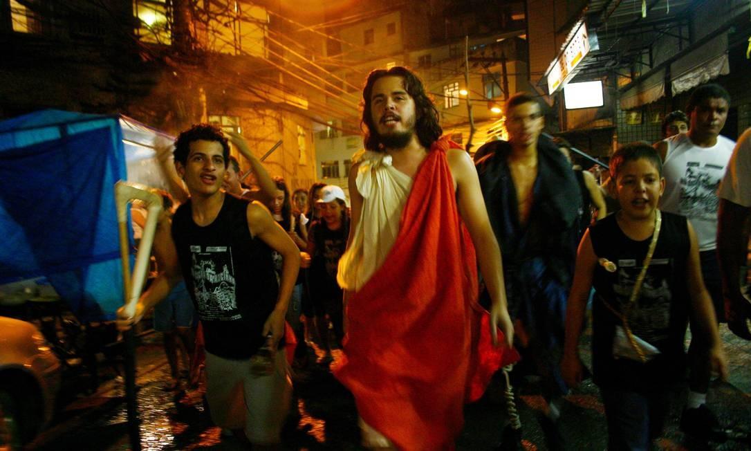 A tradicional Via Sacra da Rocinha movimenta as ruas da favela Foto: Fábio Caffé / Divulgação / Imagens do Povo