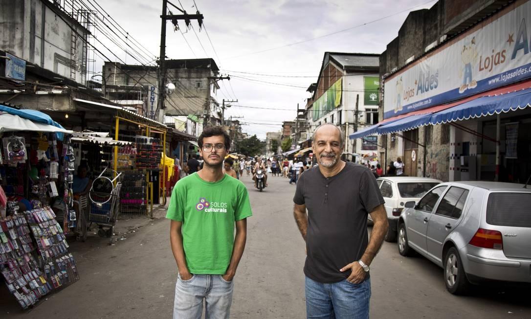 Jorge Barbosa (de cinza), coordenador do projeto e diretor do Observatório das Favelas, e Gilberto Vieira (de verde), produtor executivo do projeto de pesquisa Solos Culturais, que mapeou gente e instituições que produzem cultura em cinco comunidades pacificadas Foto: Mônica Imbuzeiro / Agência O Globo