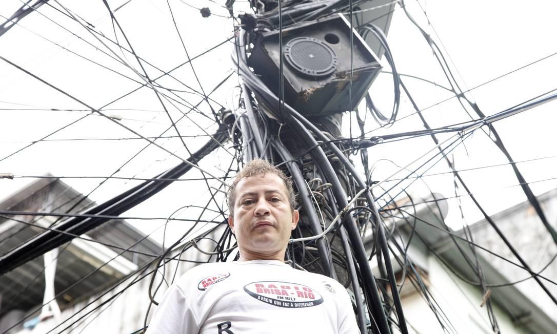 Elias Lima, da rádio comunitária do poste, na Rocinha, dá notícias sobre a comunidade. Ele mesmo faz a manutenção das caixas e faz a locução Foto: Fabio Rossi / Agência O Globo