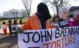 Ativistas de direitos humanos protestam contra o novo diretor da CIA, John Brennan, ligado ao antigo governo de Bush