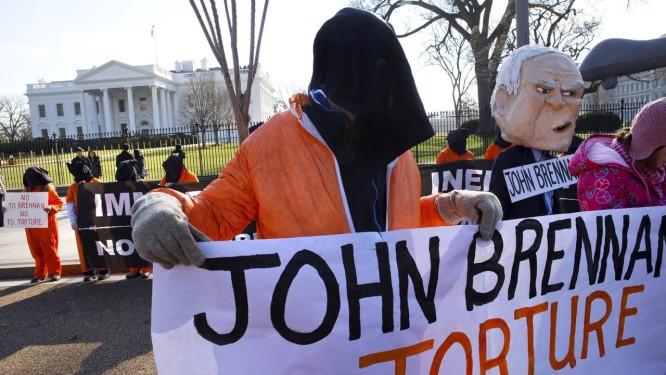 Ativistas de direitos humanos protestam contra o novo diretor da CIA, John Brennan, ligado ao antigo governo de Bush Foto: Jacquelyn Martin / AP