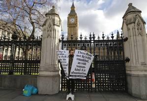 Ativista protesta em frente ao parlamento britânico antes de começar a votação sobre o casamento gay Foto: CHRIS HELGREN / REUTERS