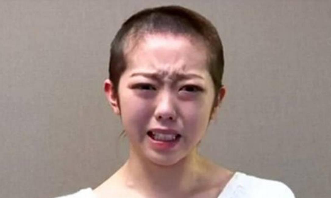 Minegishi com o cabelo raspado, em uma cena do vídeo publicado no site da banda Foto: Reprodução