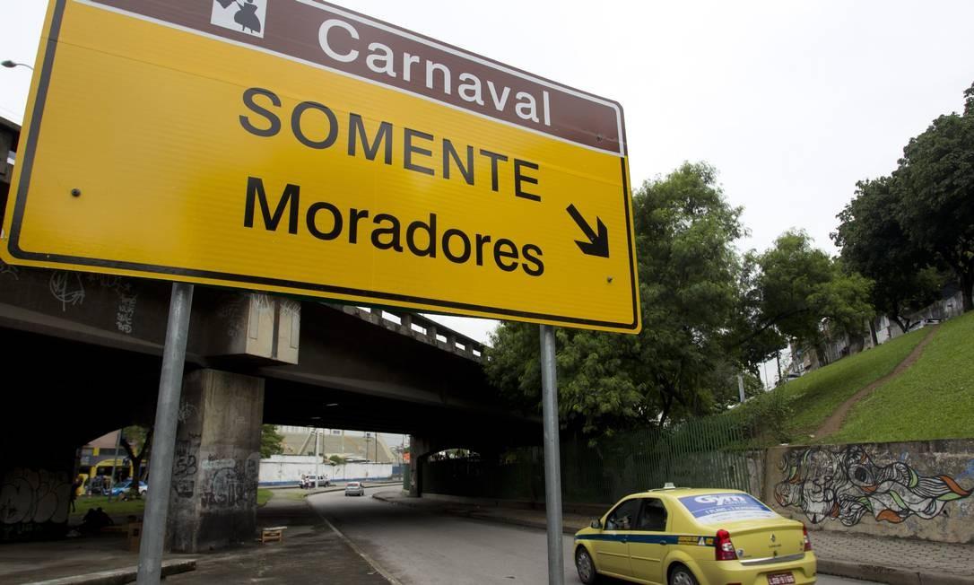 A placa instalada pela prefeitura na saída do Túnel Santa Bárbara, no Catumbi Foto: Márcia Foletto / Agência O Globo