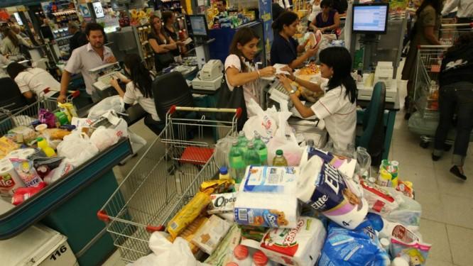 """Consumidores argentinos em uma loja do Carrefour: corrida às compras Foto: """"La Nación"""""""