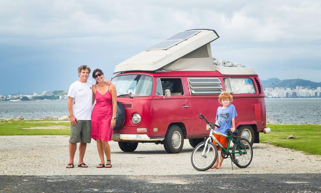 """Jason, Angela e Bode no Rio, após três anos e 80 mil quilômetros na estrada. Eles largaram os confortos do """"american way of life"""" para viver dentro da Kombi Westfalia ano 1971 Foto: Leo Martins"""