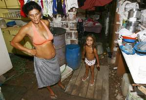 Vida dura. Rosângela Maria das Neves, de 30 anos, analfabeta, nunca teve emprego formal e sustenta 4 filhos com R$ 198 do Bolsa Família Foto: Agência O Globo