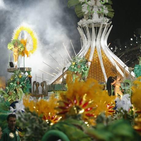 """Catedral. O carro lembrava o verso """"Brasília tem o seu destaque"""" Foto: Gustavo Azeredo / Gustavo Azeredo/23-02-2004"""