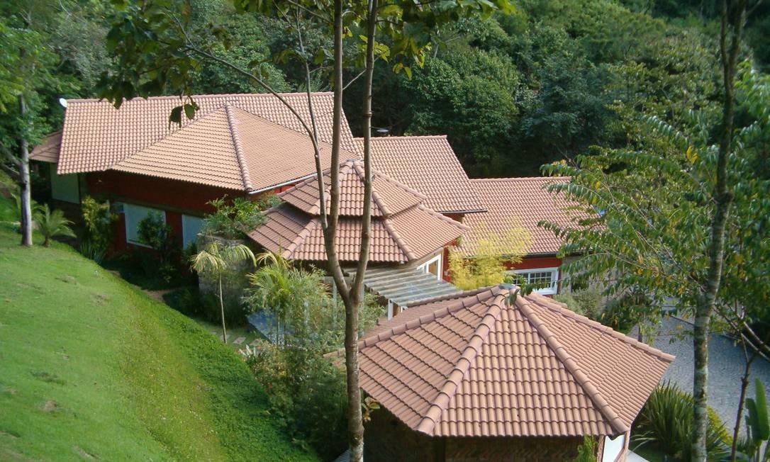 A topografia foi determinante na concepção arquitetônica, fazendo com que os setores da casa fossem acompanhando os desníveis naturais do terreno Foto: Divulgação