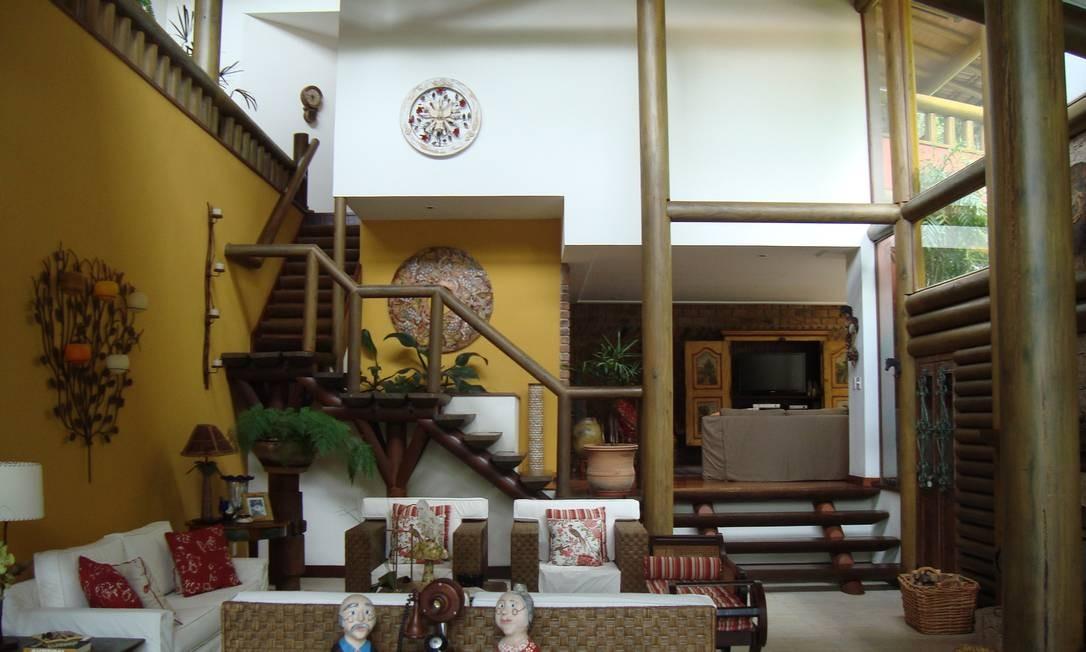 A estrutura da casa é toda feita com toras de eucalipto Foto: Divulgação