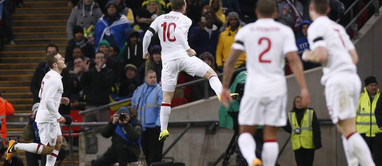 Minutos depois, Wayne Rooney (10) festeja o gol que marcou com chute rasteiro: Inglaterra 1 a 0 Foto: Matt Dunham / AP