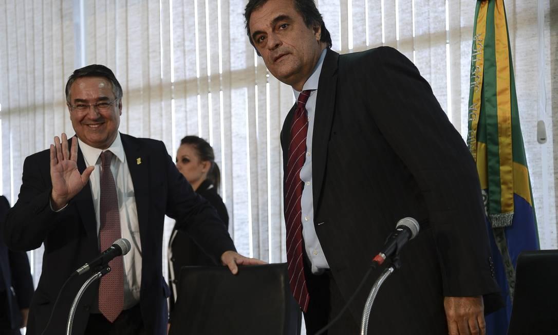 Governador de Santa Catarina, Raimundo Colombo, e ministro da Justiça, José Eduardo Cardozo Foto: Agência Brasil