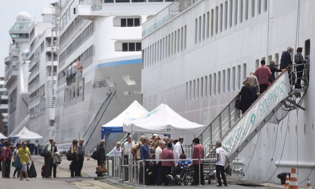 Casa cheia. Passageiros embarcam num transatlântico no Porto do Rio Foto: Paulo Nicolella/20-02-2012 / O Globo