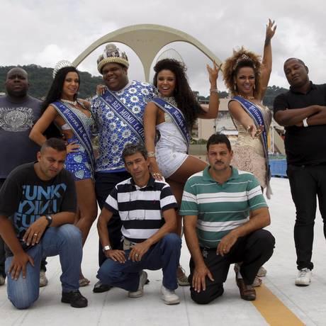 Trupe animada. Marquinhos (agachado ao centro) e a corte de Momo Foto: Marcos Tristão / O Globo