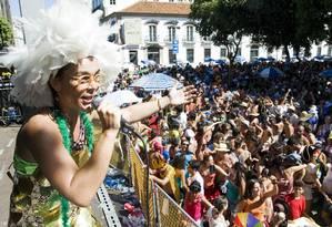 Cantora e cavaquinista do Boitatá, Cris Cotrim embala o público no show da Praça XV Foto: Divulgação / Guito Moreto