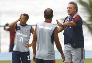 Abel dá instruções para Felipe em treino do Fluminense Foto: Jorge William / O Globo