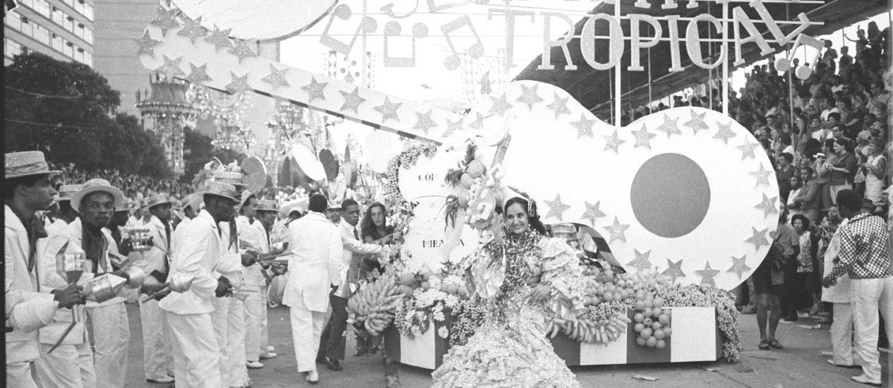 No primeiro ano do Estandarte de Ouro, em 1972, o Império Serrano ganhou os prêmios de enredo, destaques feminino e comunicação com o público Foto: Arquivo O Globo
