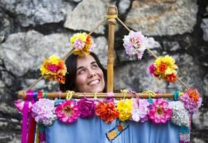 A artista plástica Joana Lyra cria as alegorias e as fantasias do Céu na Terra Foto: Mônica Imbuzeiro / O Globo