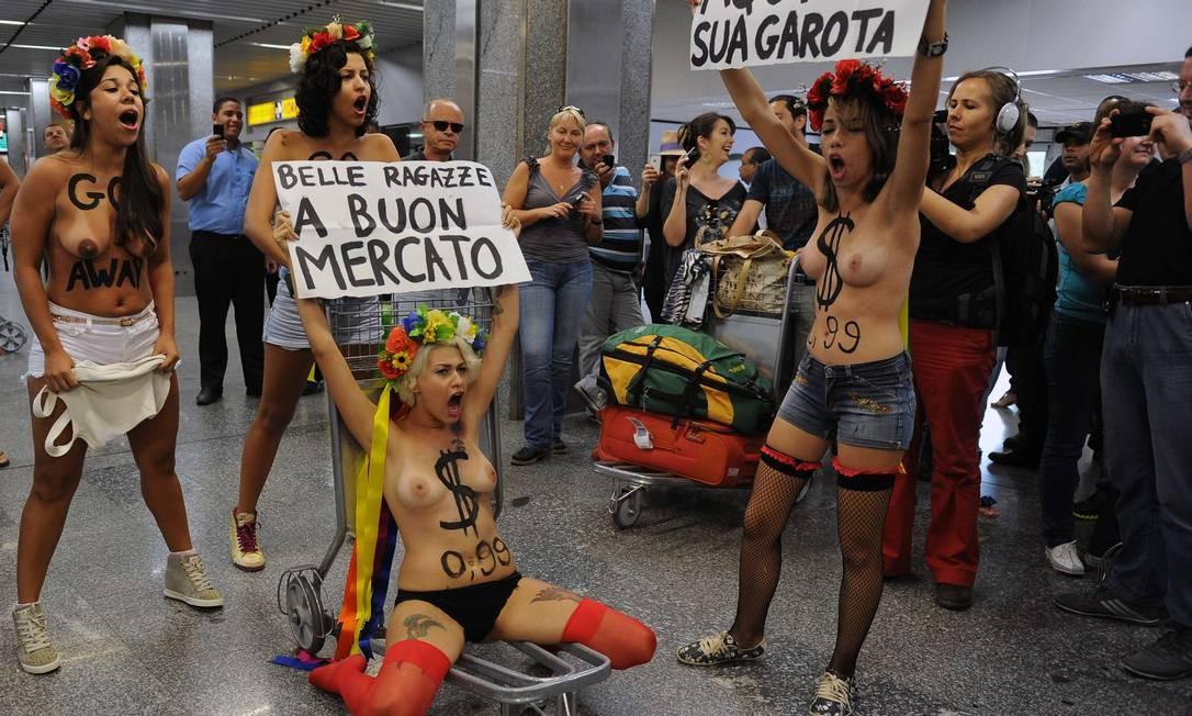 As jovens mostraram cartazes em italiano e em português AFP