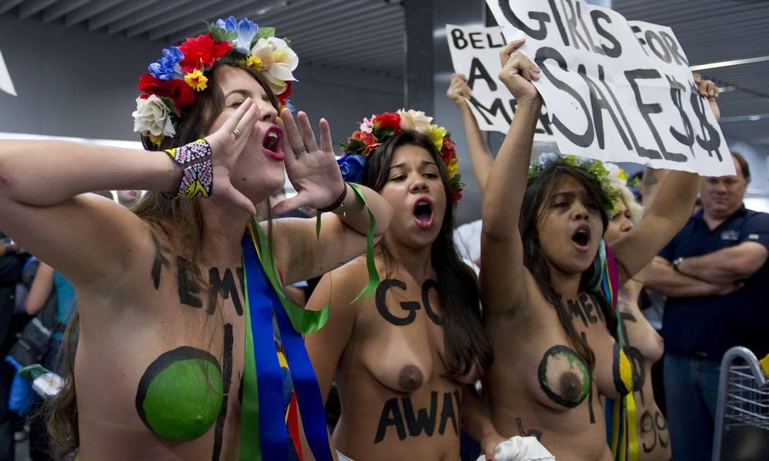 Um dos cartazes dizia que há garotas à venda AFP