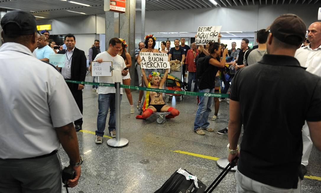 Ativistas do grupo Femen Brasil protestam no Galeão contra o turismo sexual durante o carnaval AFP