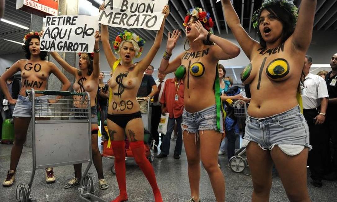 Ativistas do Femen Brasil protestam no Galeão contra o turismo sexual no Rio durante o carnaval AFP / AFP