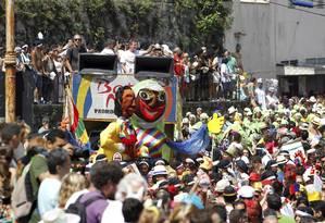 As ruas estreitas de Santa Teresa são tomadas pelos foliões do Bloco das Carmelitas, que pediram a volta do bondinho ao bairro Foto: Domingos Peixoto / O Globo