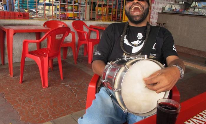 Carlinhos da Cuíca: num único carnaval, desfile em 37 escolas de samba Foto: Mauro Ventura / Agência O Globo