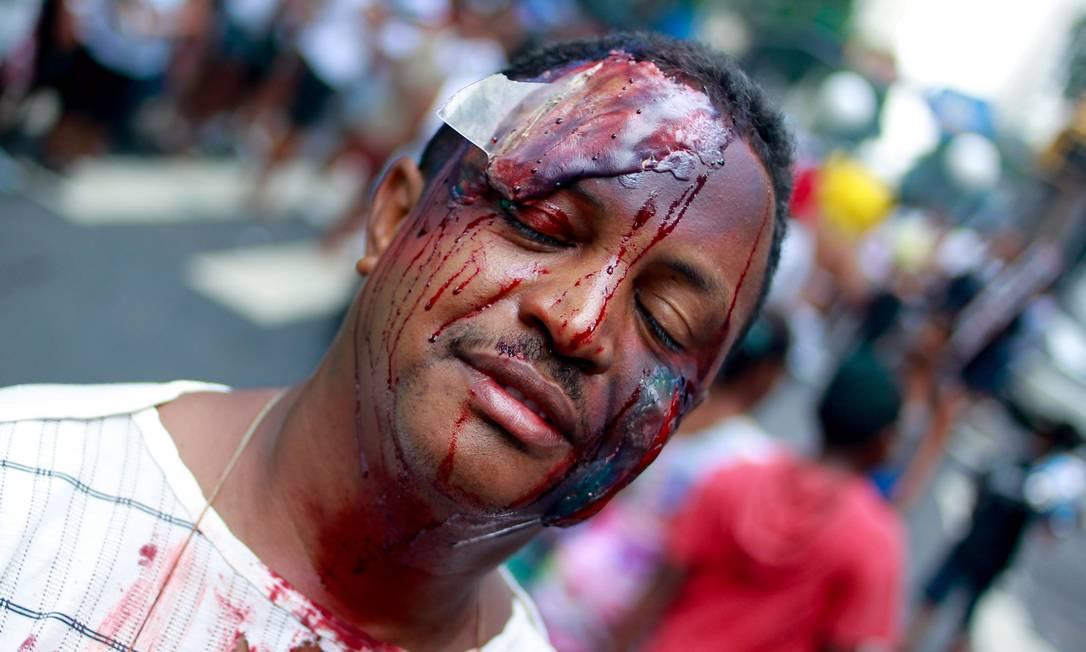 Folião usa fantasia de acidentado para pular carnaval no Cordão da Bola Preta, neste sábado de carnaval Pedro Kirilos / Agência O Globo