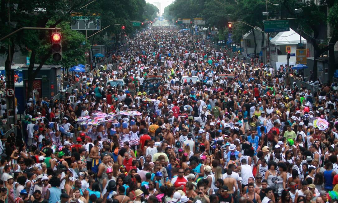 O Cordão da Bola Preta faz, na Avenida Rio Branco, seu 95º desfile, neste sábado de carnaval Pedro Kirilos / Agência O Globo