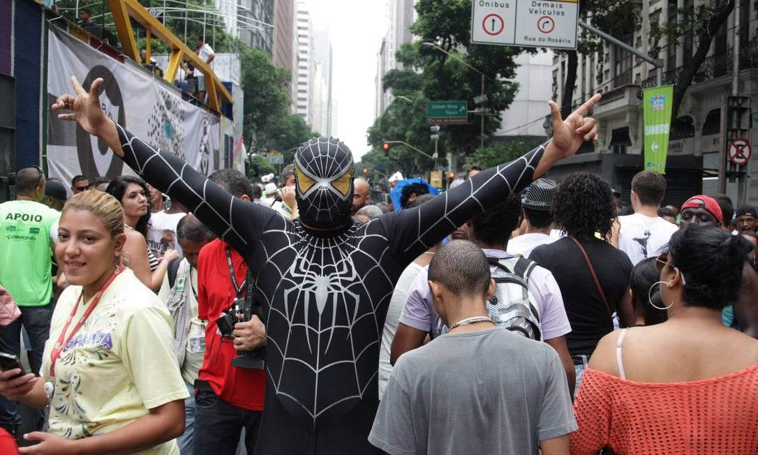 CI - Rio de Janeiro (RJ) 09/02/2013 - carnaval 2013 bloco cordao do bola preta na av rio branco centro do rio Foto Thiago Lontra / Extra Thiago Lontra / Agência O Globo