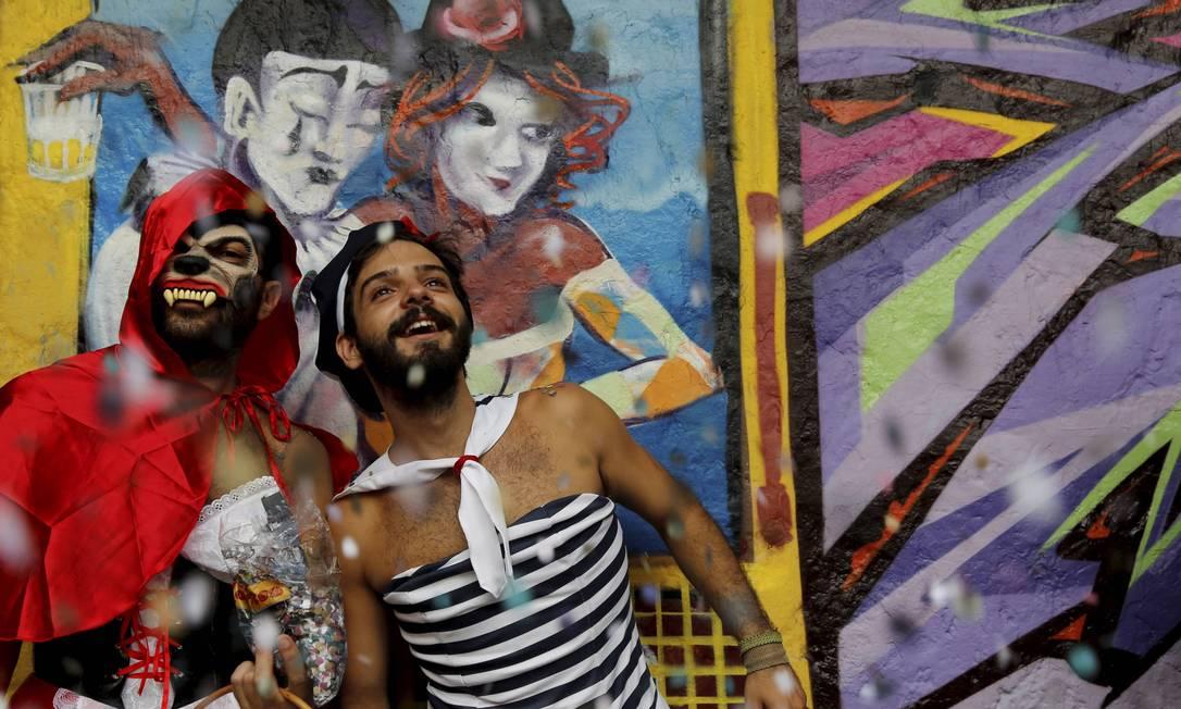 Uma mistura de Lobo Mau com Chapeuzinho Vermelho e um marinheiro diferente se encontram no Bloco Céu na Terra, em Santa Teresa Mônica Imbuzeiro / Agência O Globo
