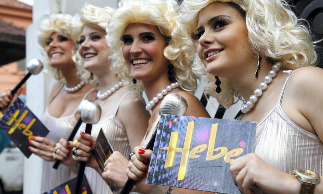 Quarteto faz homenagem à apresentadora Hebe Camargo no bloco Céu na Terra Mônica Imbuzeiro / Agência O Globo